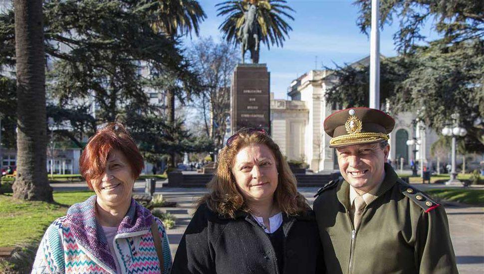 Ana Trinidad, Fabiana Sienra y el Coronel Leandro Jofré Foncueva.