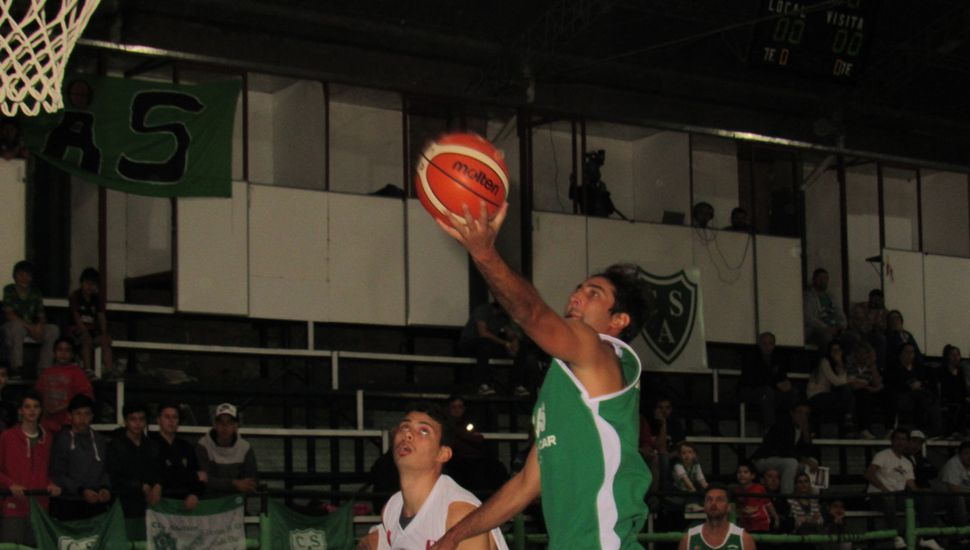 Ammiel Márquez llega al doble para Sarmiento, anoche en Arias y Necochea.