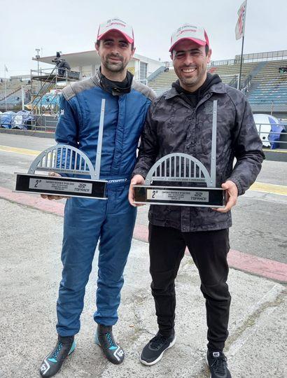 Lucas Gambarte y GabrielPonce de León con los trofeos obtenidos.