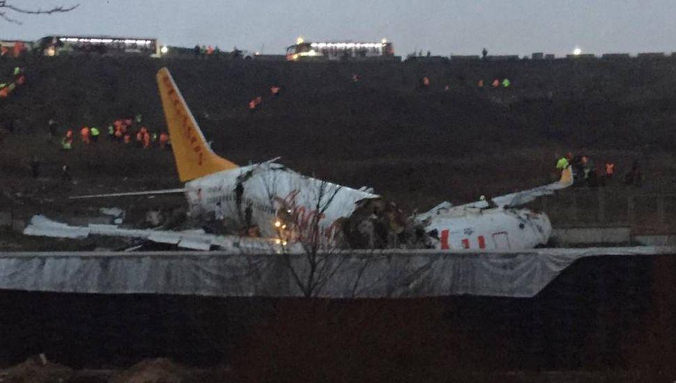Se estrelló un avión en el aeropuerto  de Estambul: un muerto y 157 heridos