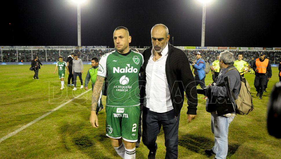 Tristeza en el final. Wilfredo Olivera e Iván Delfino, desconsolados, al término del encuentro.
