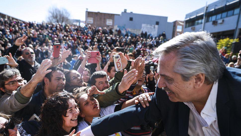 Alberto Fernández, que recibió el apoyo de más de 60 intendentes de Córdoba, en las encuestas mantiene su ventaja sobre Mauricio Macri.