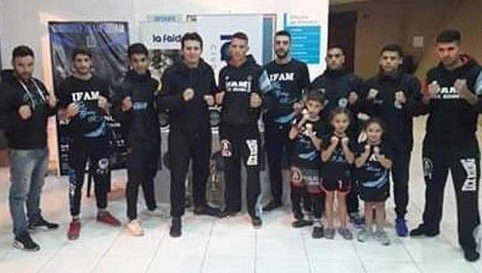 Nicolás Díaz (cuarto desde la izquierda) junto a peleadores y profesores que viajaron a La Falda.