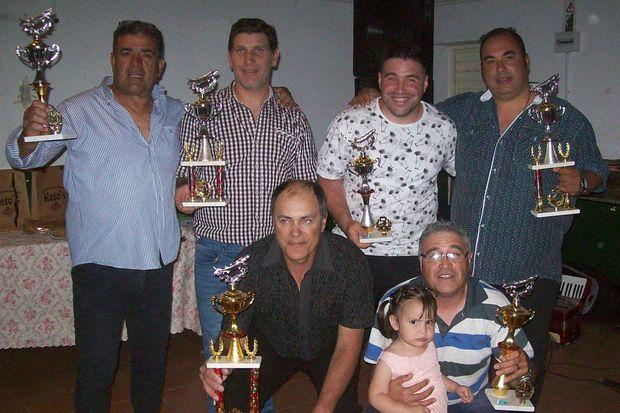 Los seis primeros del ranking de activos posan con los trofeos obtenidos.