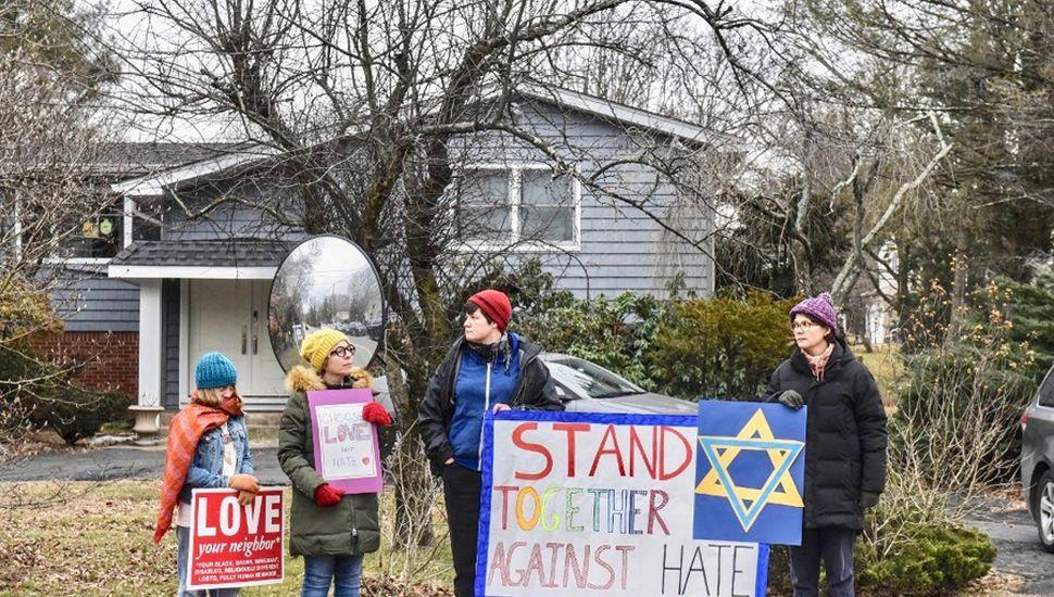 Vecinos de la casa del rabino donde ocurrió el ataque se manifiestan con carteles de apoyo.