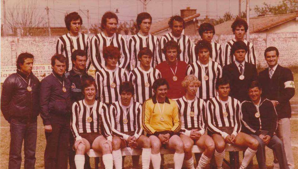 """Plantel y cuerpo técnico de Mariano Moreno, campeón liguista 1981, equipo que integró el """"Pálido"""" Kenan."""