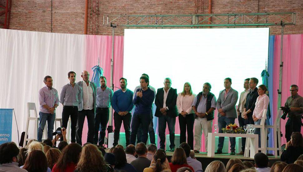 Sánchez Zinny junto a los ntendentes y legisladores de la Cuarta Sección que estuvieron presentes en la Mesa.