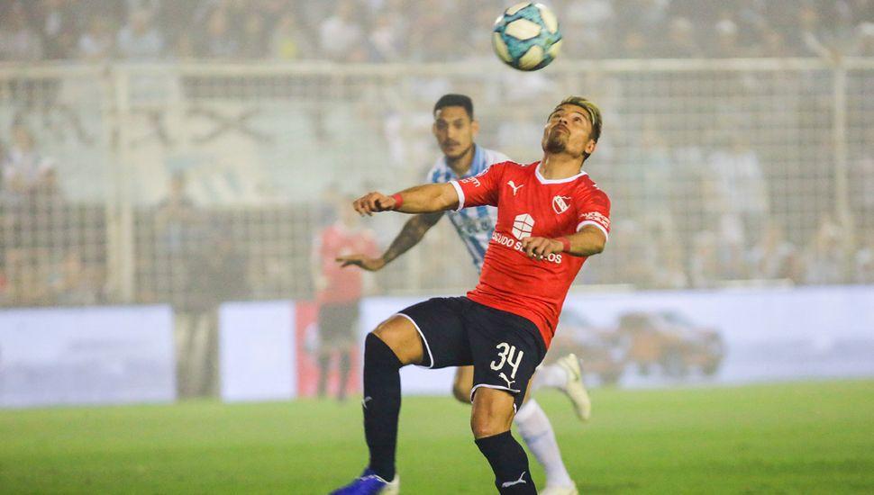 Sebastián Palacios controla el balón.