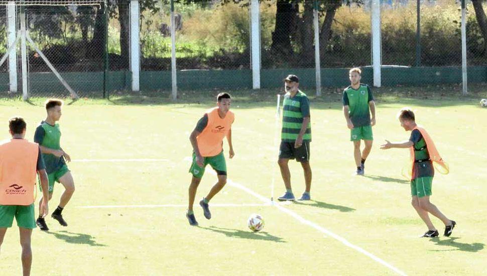 El capitán Luis Yamil Garnier en el entrenamiento de ayer, observado por el técnico de Sarmiento, Iván Delfino.