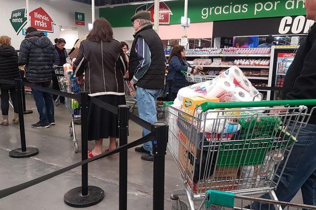 Largas filas de juninenses aprovecharon los descuentos del miércoles de Super Ahorro.