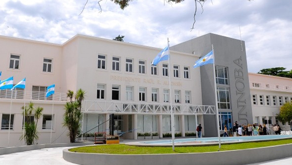 Edificio de Extensión Universitaria en Junín.