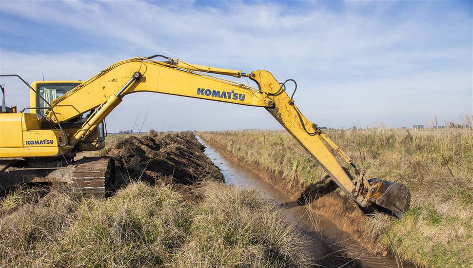 Realizan limpieza de canales en los pueblos del partido de Junín