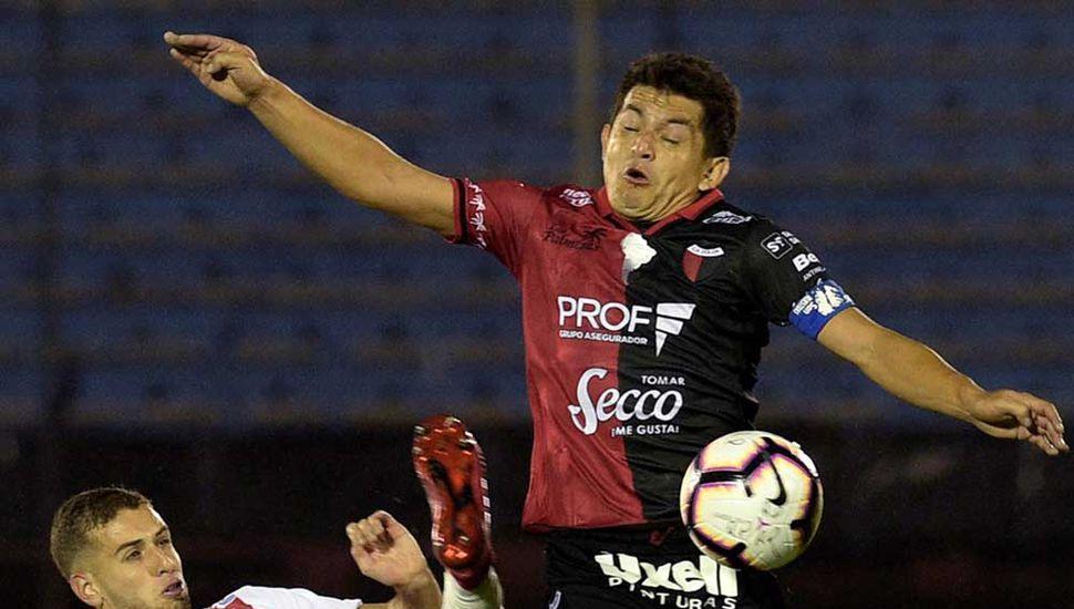 """Luis """"Pulga"""" Rodríguez quiere llevarse el balón ante la marca de un jugador de River Plate de Uruguay"""