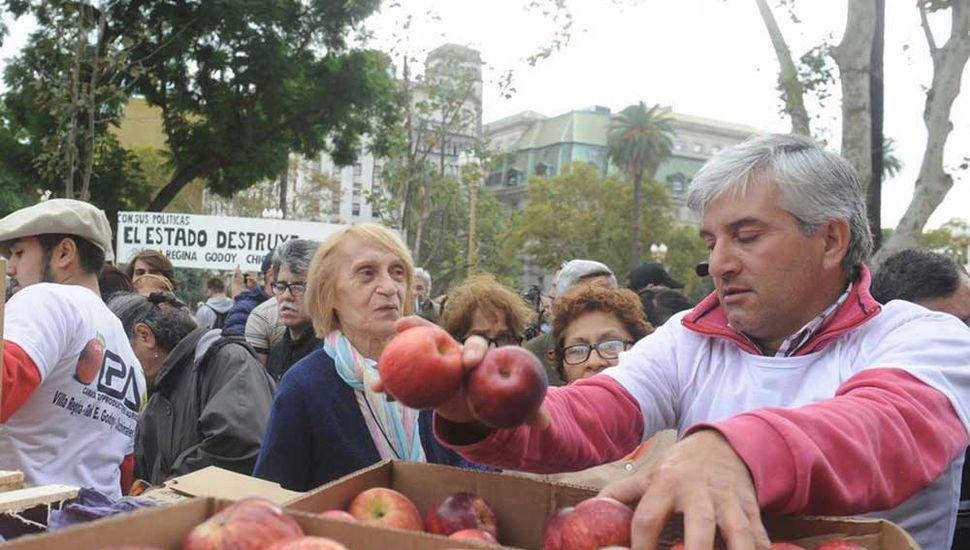 """""""Frutazo"""" en plaza de  Mayo para protestar por la crisis del sector"""
