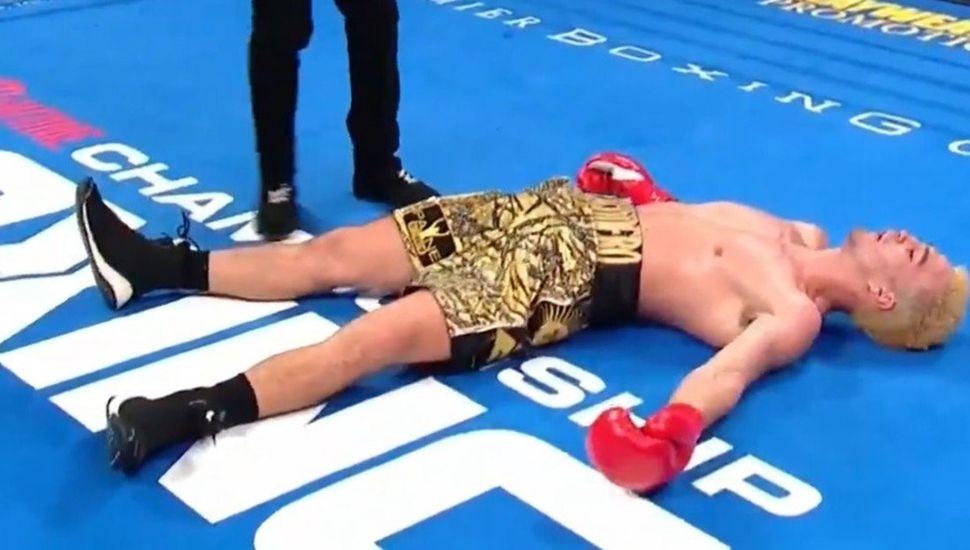 """Marcos """"Machete"""" Escudero está nocáut sobre el tapiz, tras el tremendo golpe que le propinó Joseph George."""