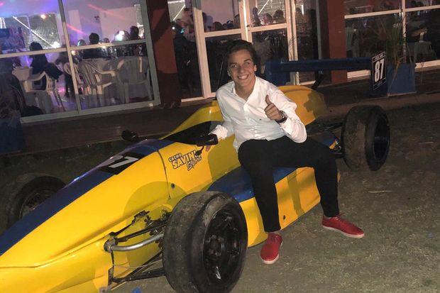El juvenil piloto juninense con el Fórmula Renault 1400 c.c. que piloteará desde este fin de semana.