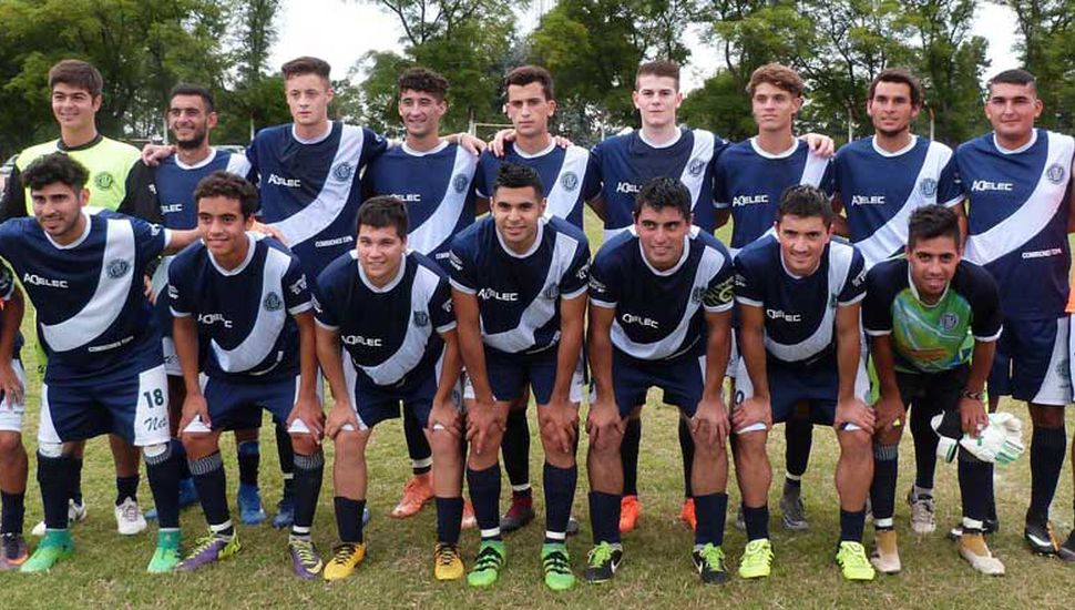 Plantel que presentó el primer equipo de Deportivo Pinto en su debut con un buen empate en la visita a San Martín de Roberts.