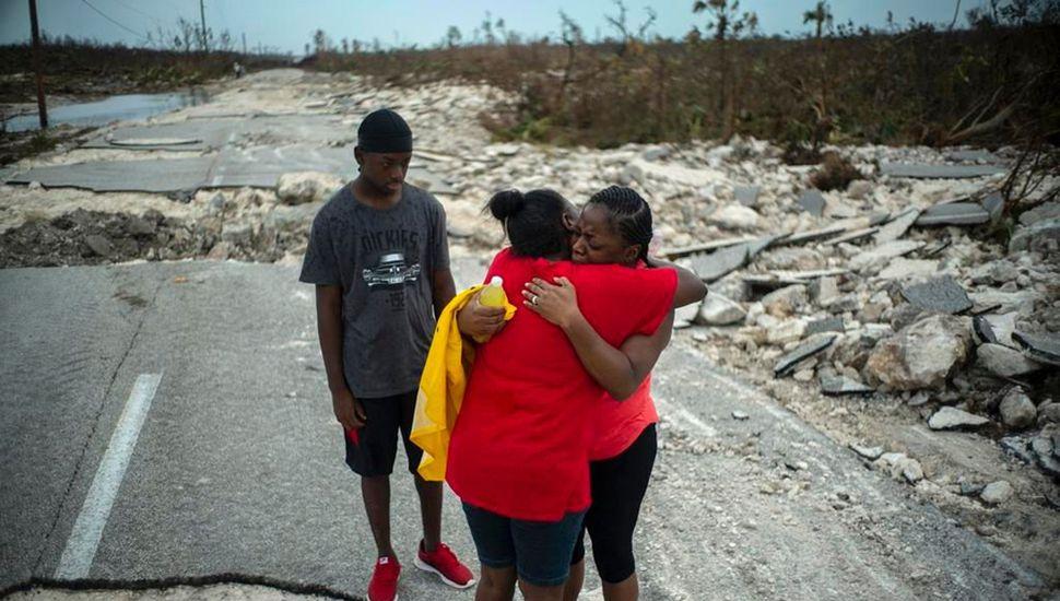Abrazadas y llorando para huir de los poblados más castigados por el huracán.