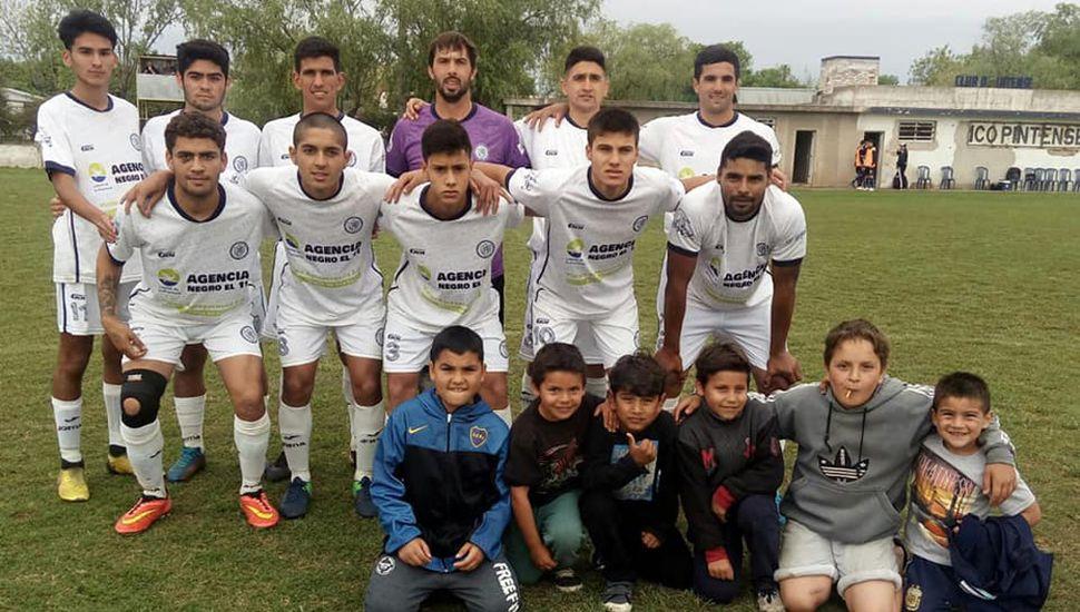 Equipo del C.A.P. que jugó buen partido pero cayó 2 a 1 ante El Linqueño (fotos, Facebook Club Pintense).