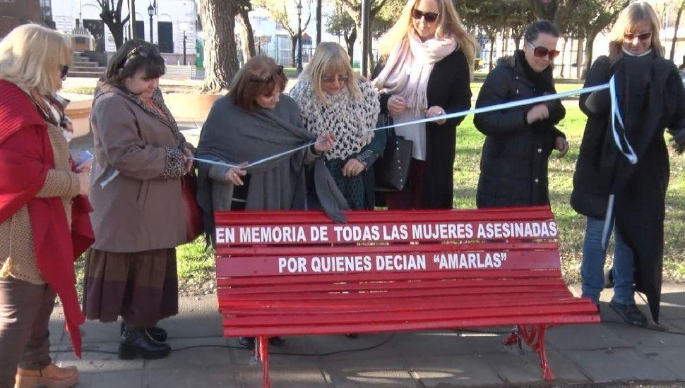 El banco rojo fue colocado en la plaza San Martín en homenaje a las víctimas de femicidios.