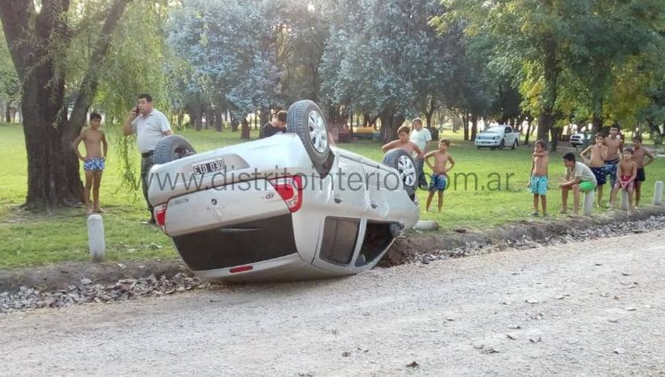 Volcó un automóvil dentro del parque de General Pinto