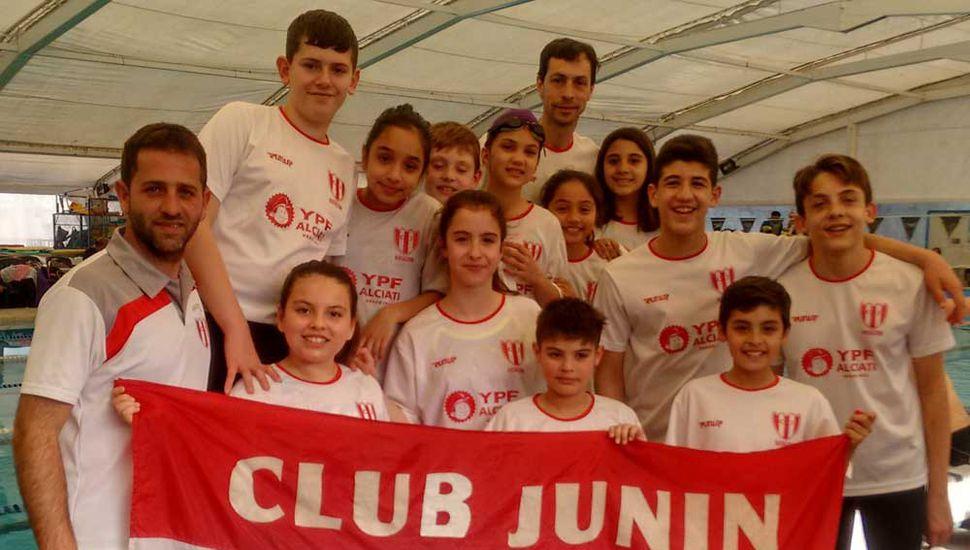 Los profesores Julián Coppolino y Gabriel Caporaletti con los nadadores que representaron al Club Junín en San Pedro.