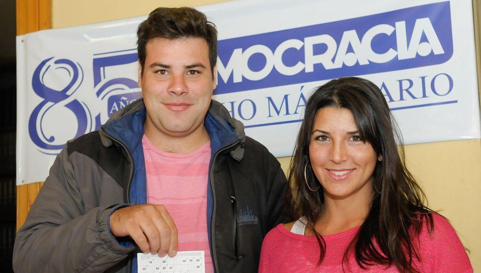 Nicolás Orrico y Yanina Giagante, dos de los 108 ganadores del Cartonazo.