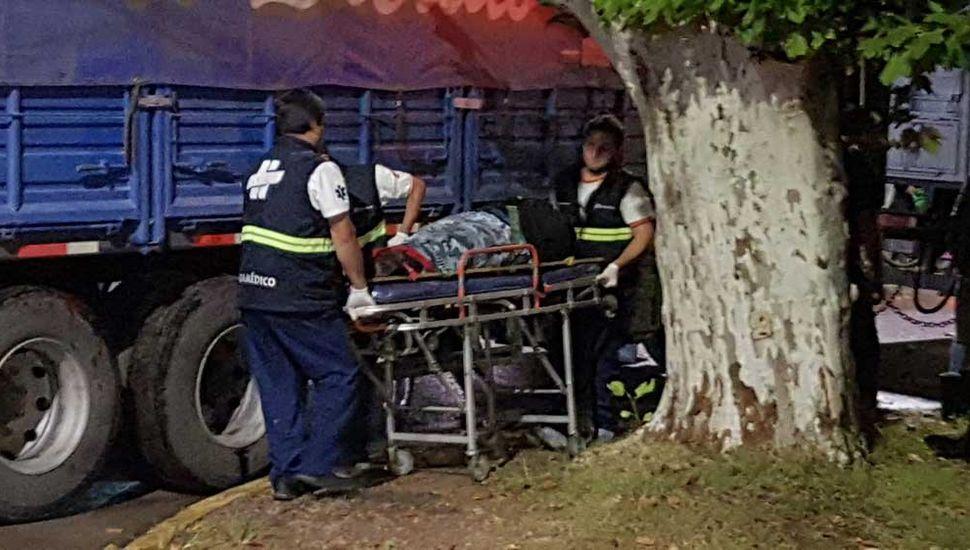 La víctima fue rescatada debajo del acoplado.