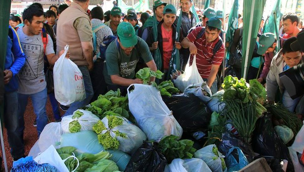 """Pequeños productores realizaron un """"verdurazo"""""""