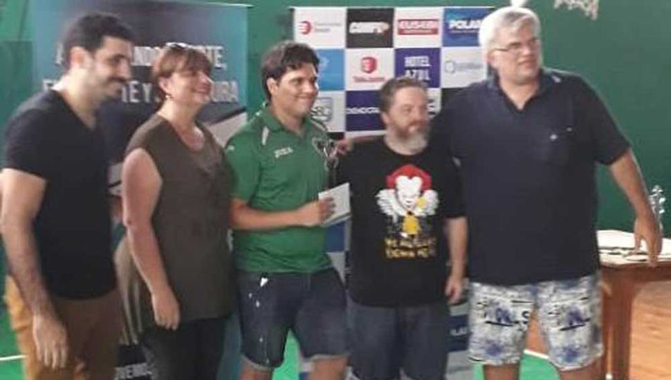 Recibe su premio el ajedrecista juninense Franco Villegas (centro), quien fue segundo tras hacer tablas con Diego Flores.