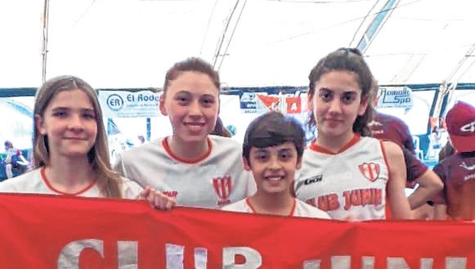 Nadadores del Club Junín que compiten desde hoy en Miramar.