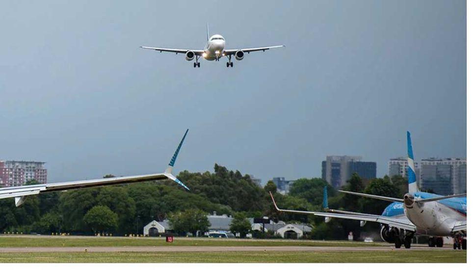 Casi chocan dos aviones en el aire e investigan la maniobra
