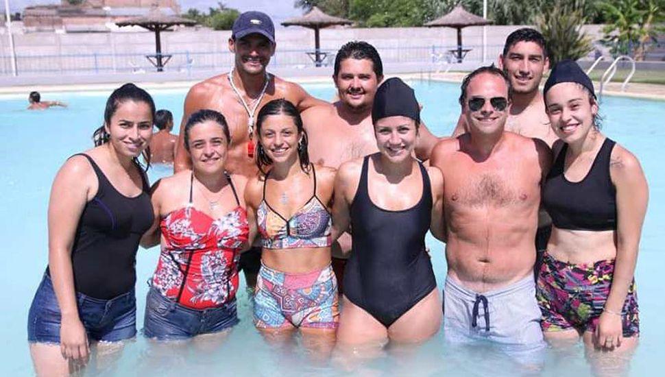 """""""Fredy"""" y los profesores a cargo de las actividades de verano en el natatorio de Germania."""