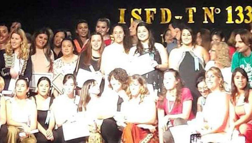 Sobre el escenario del Centro Cultural posan quienes recibieron los diplomas.