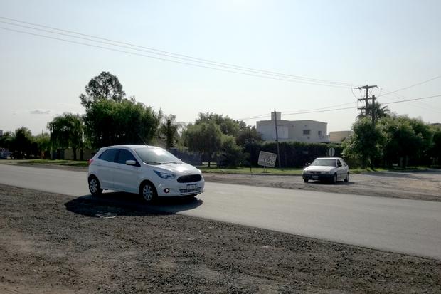 Ahora que están pavimentadas Lonegro y Camino al Balneario, piden una dársena de giro para este cruce que es peligroso.