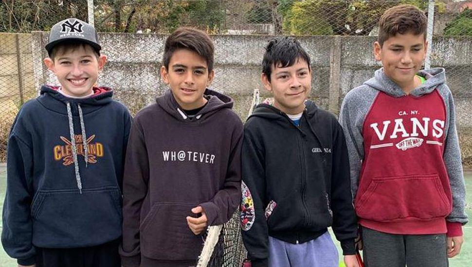 Algunos chicos que participaron en la disciplina padel.