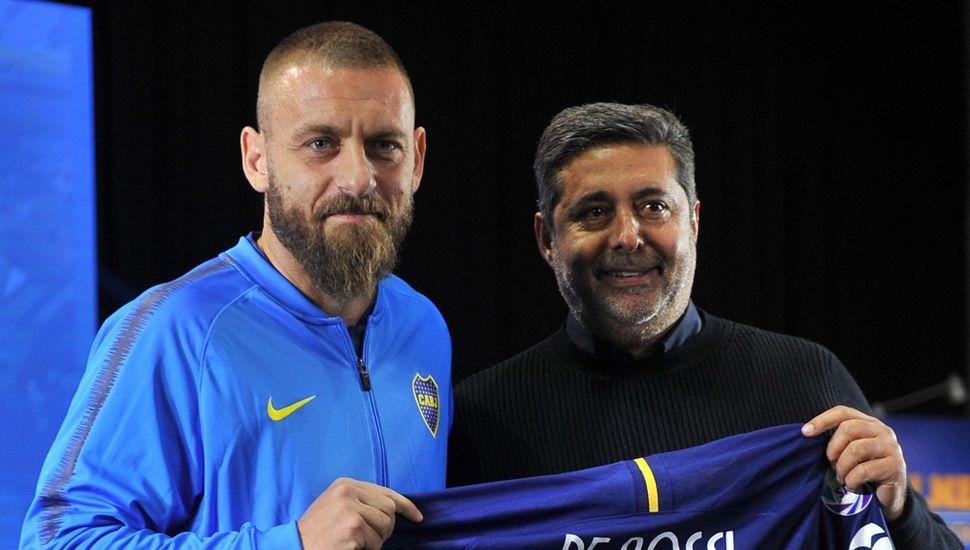 Daniele De Rossi junto al presidente de Boca Jrs., Daniel Angelici.