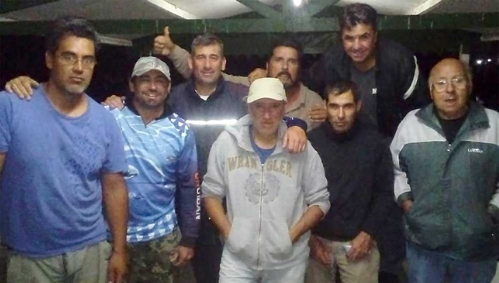 Participantes del concurso de pesca de carpas ganado por Torres-Gago. Hoy viernes habrá de realizarse otro torneo nocturno.