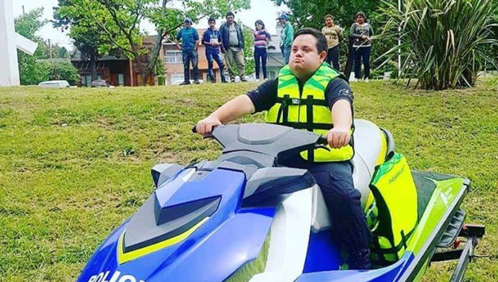 Álvaro a bordo de una moto de agua de la Policía.