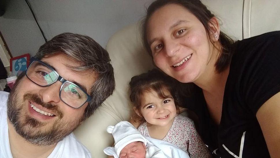 El bebé con sus padres y a su hermanita, Bianca.