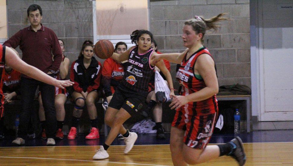 Camila Videla en una ofensiva de Ciclista Juninense.