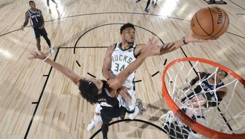 Milwaukee arrasó ante Spurs con Giannis como líder
