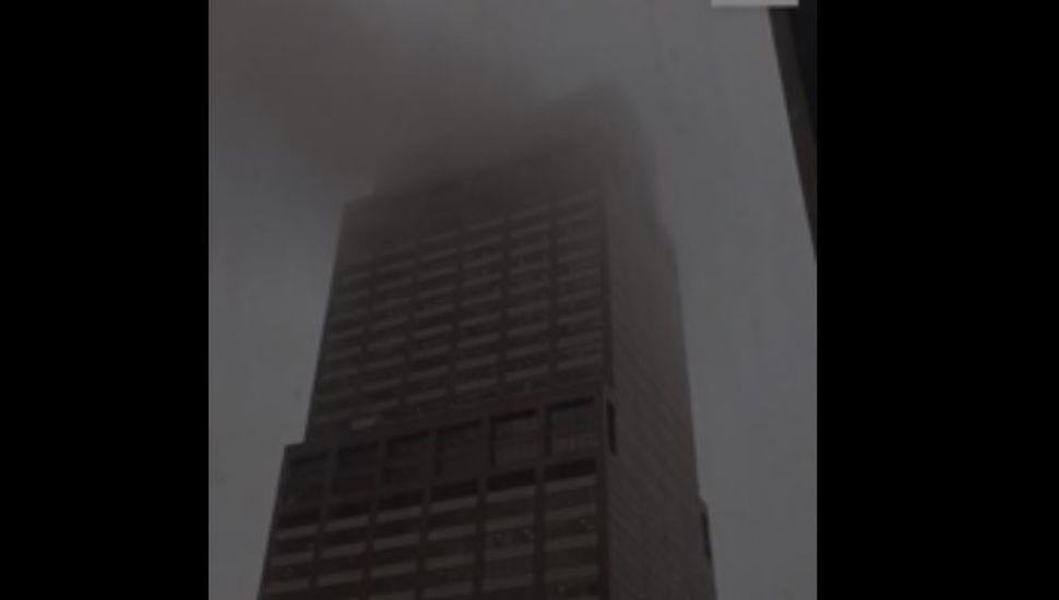 Un helicóptero impactó contra un edificio en Nueva York