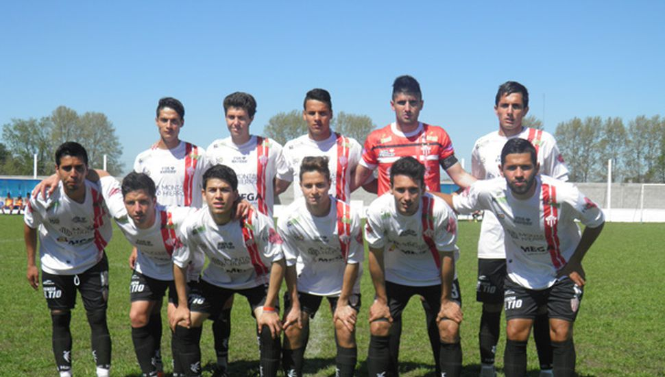 Formación titular de Rivadavia (L), equipo ganador, ayer en cancha de BAP.