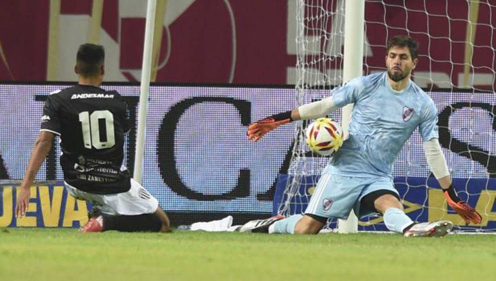 Germán Lux, arquero de River Plate, le tapa una chance neta de gol a Lucas Carrizo, en el primer tiempo.