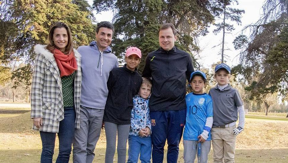 Agustina De Miguel, Pablo Martínez y Daniel Pueyo, junto a los chicos del golf.