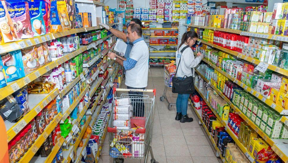 Multan a supermercadistas por vender productos vencidos