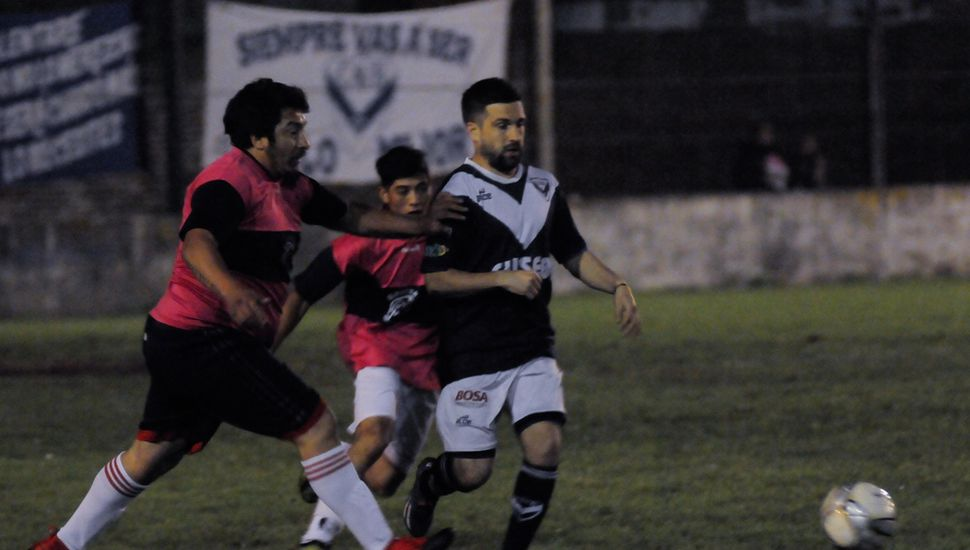 El volante ofensivo villista, Germán Tuso, encabeza una carga del equipo vencedor.