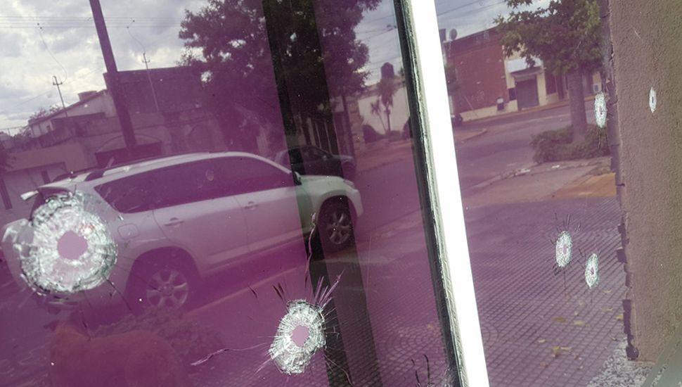 Los tiros impactaron contra la vidriera.