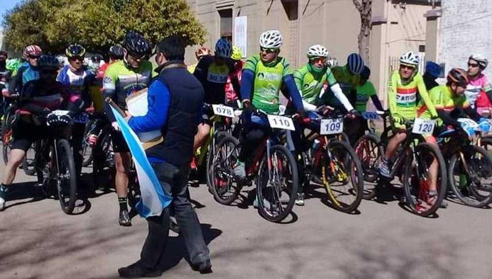 Se pone en marcha la competencia de rural bike en la localidad de Fortín Tiburcio.